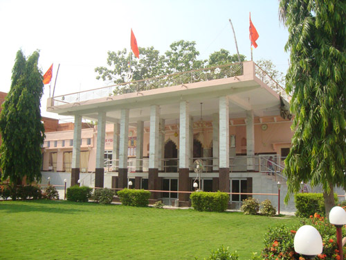Campus of shri Paramhans ashram front view